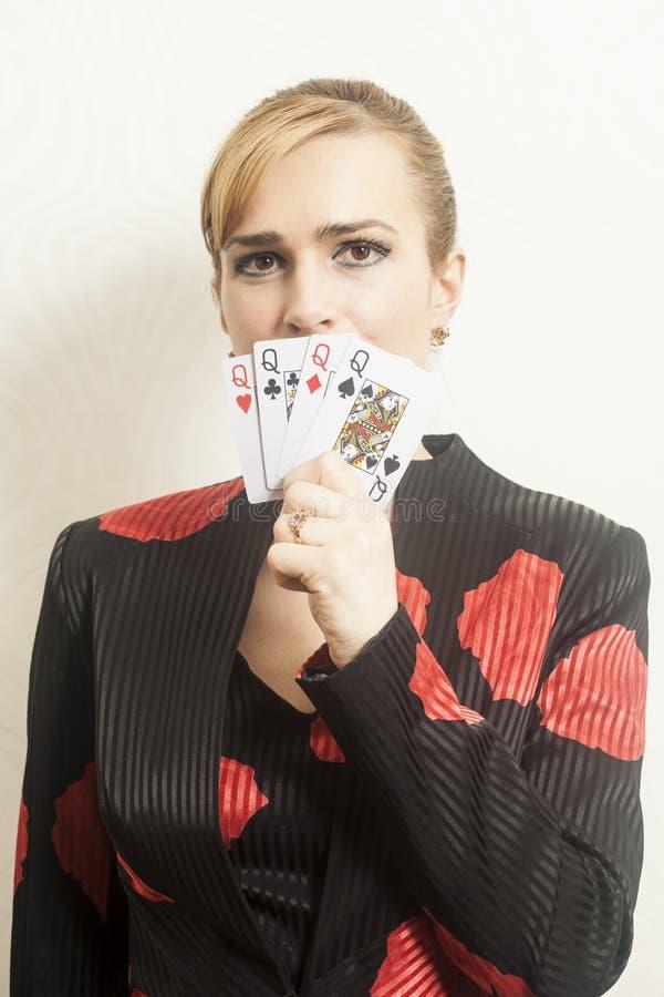 Jovem mulher bonita que guarda cartões de jogo fotografia de stock royalty free
