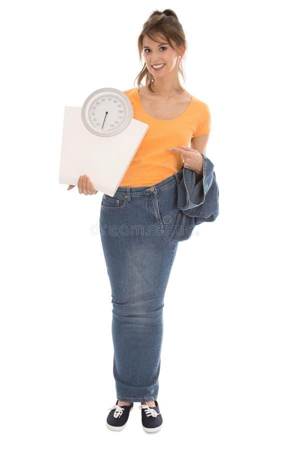 Jovem mulher bonita que guarda escalas do equilíbrio em suas mãos. imagem de stock