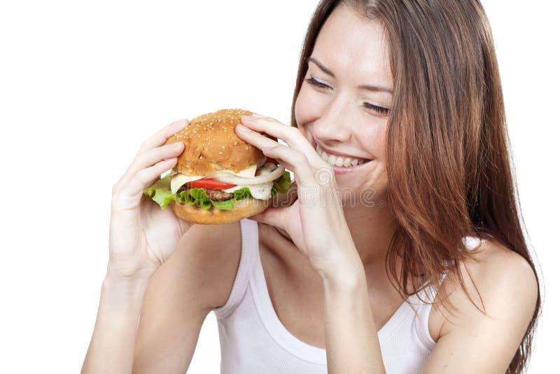 Jovem mulher bonita que guarda o Hamburger imagens de stock