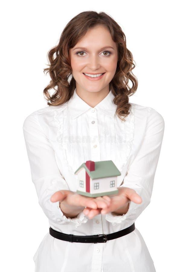 Jovem mulher bonita que guarda o modelo da casa foto de stock royalty free