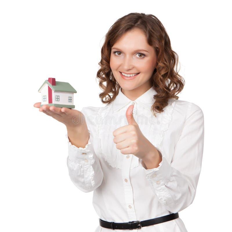 Jovem mulher bonita que guarda o modelo da casa imagem de stock royalty free