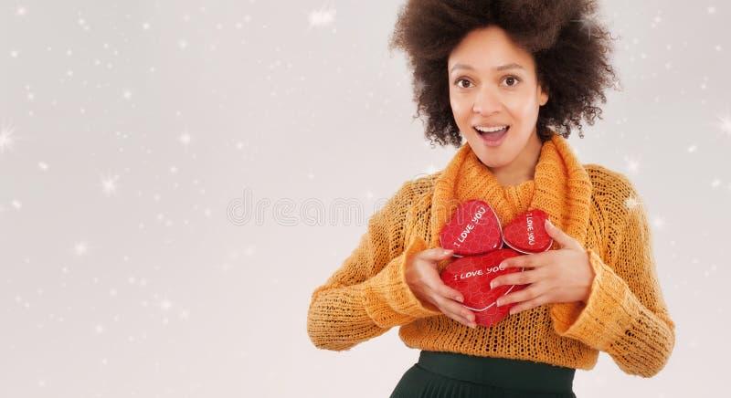 Jovem mulher bonita que guarda sua caixa de presente foto de stock royalty free
