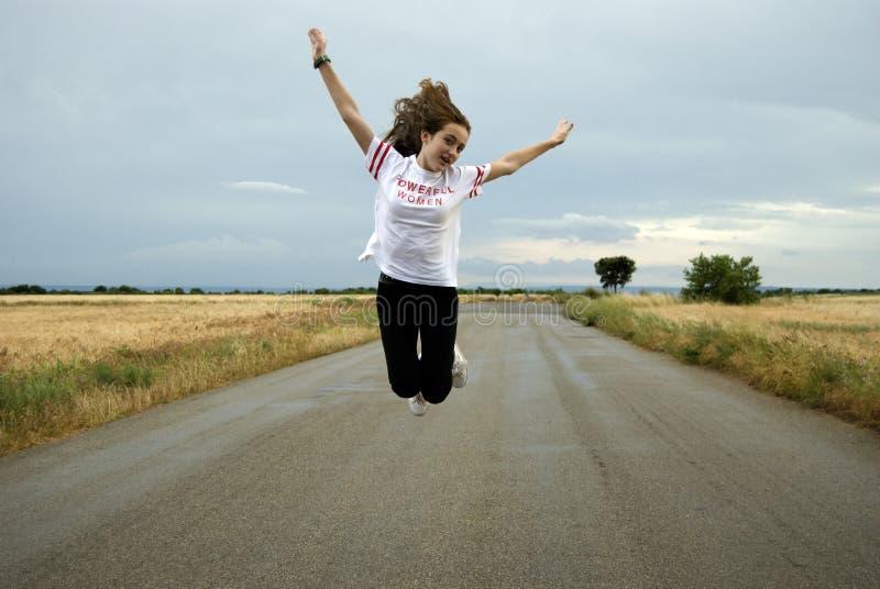Jovem mulher bonita que levanta em uma maneira entre dois campos de trigo dia nebuloso Ruivo teenager foto de stock