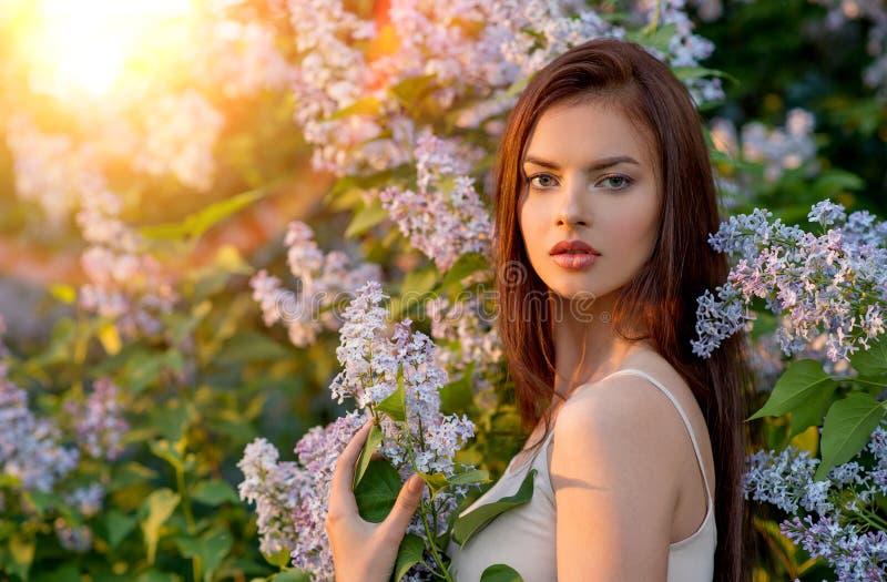 Jovem mulher bonita que levanta fora na natureza foto de stock