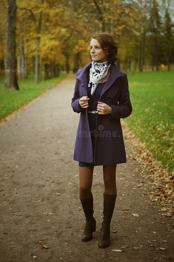 Jovem mulher bonita que levanta no parque imagens de stock