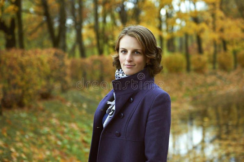 Jovem mulher bonita que levanta no parque foto de stock royalty free