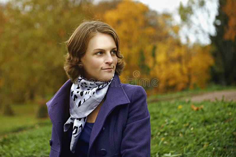 Jovem mulher bonita que levanta no parque foto de stock