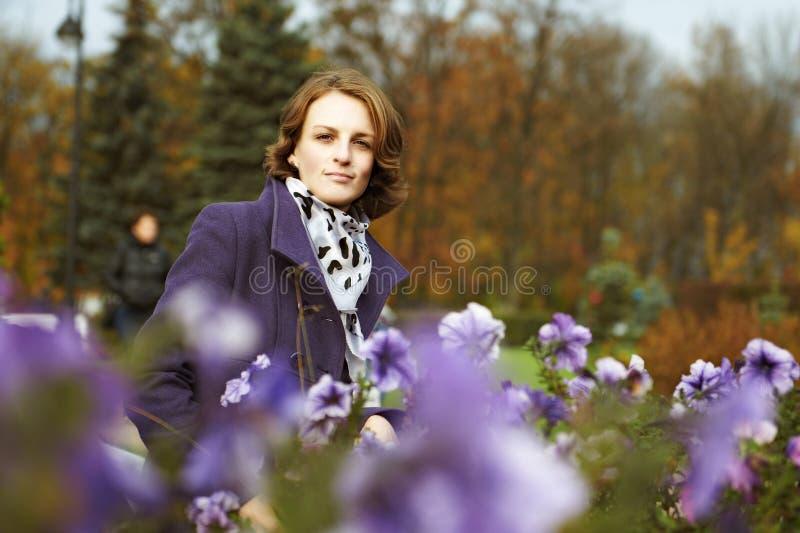 Jovem mulher bonita que levanta no parque imagem de stock royalty free