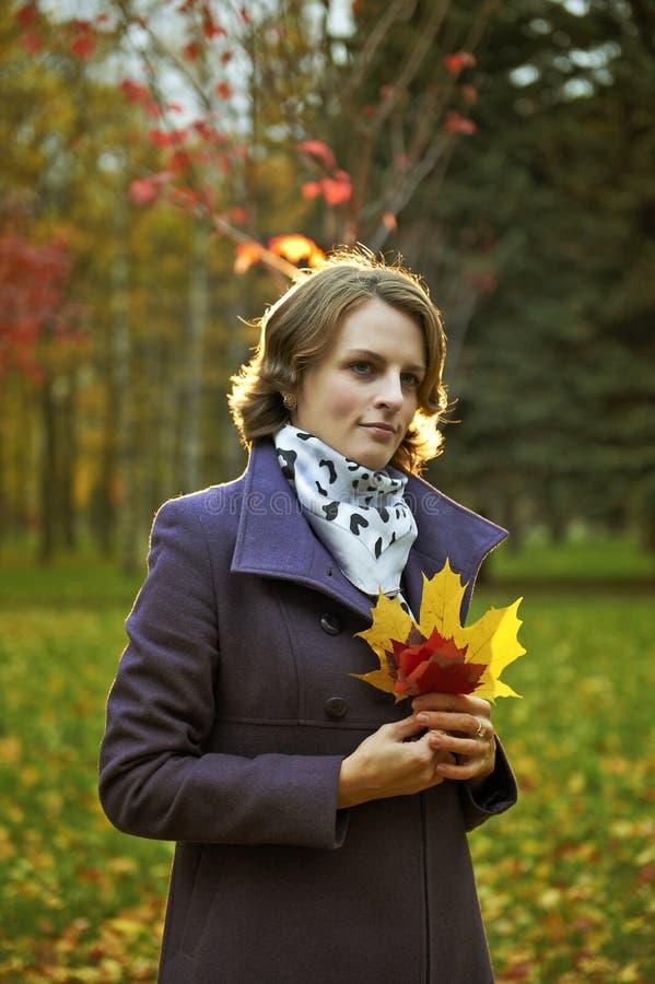 Jovem mulher bonita que levanta no parque imagem de stock