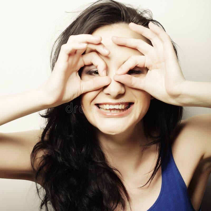 Jovem mulher bonita que procura algo com os olhos largamente abertos e fotografia de stock