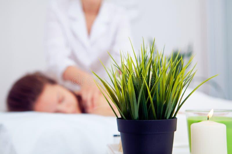 Jovem mulher bonita que relaxa com massagem da mão em termas da beleza fotos de stock