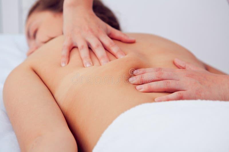 Jovem mulher bonita que relaxa com massagem da mão em termas da beleza imagens de stock royalty free