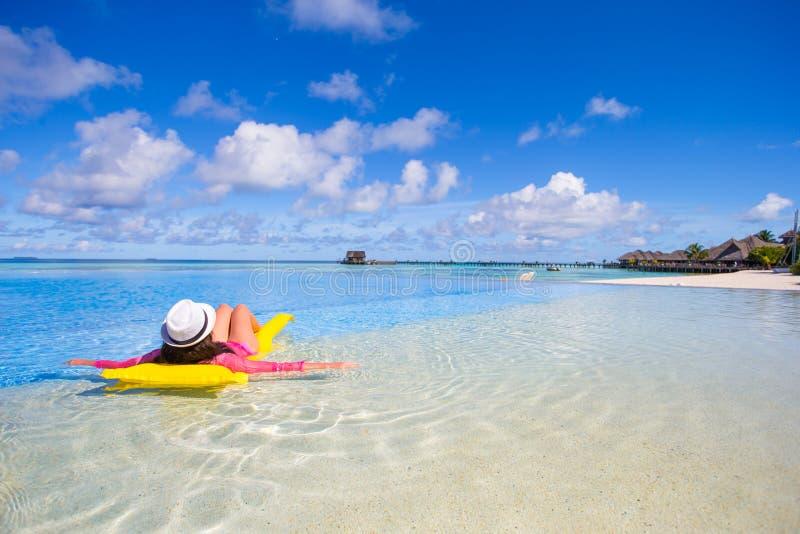 Jovem mulher bonita que relaxa na natação foto de stock royalty free