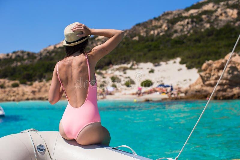 Jovem mulher bonita que relaxa no barco imagem de stock royalty free