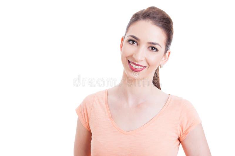 Jovem mulher bonita que sorri com cintas dos dentes foto de stock