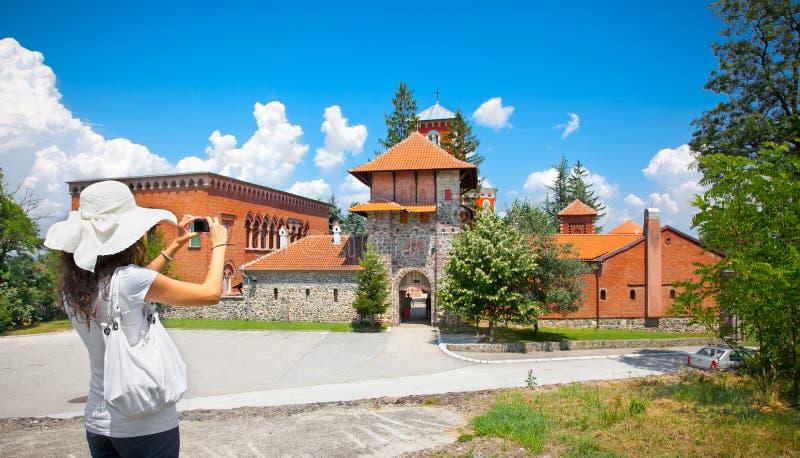 Jovem mulher bonita que toma a imagem do monastério Zica, Sérvia fotografia de stock royalty free