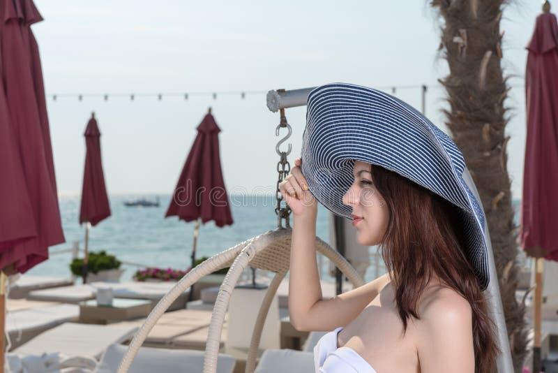 Jovem mulher bonita que vacationing em uma estância balnear fotografia de stock
