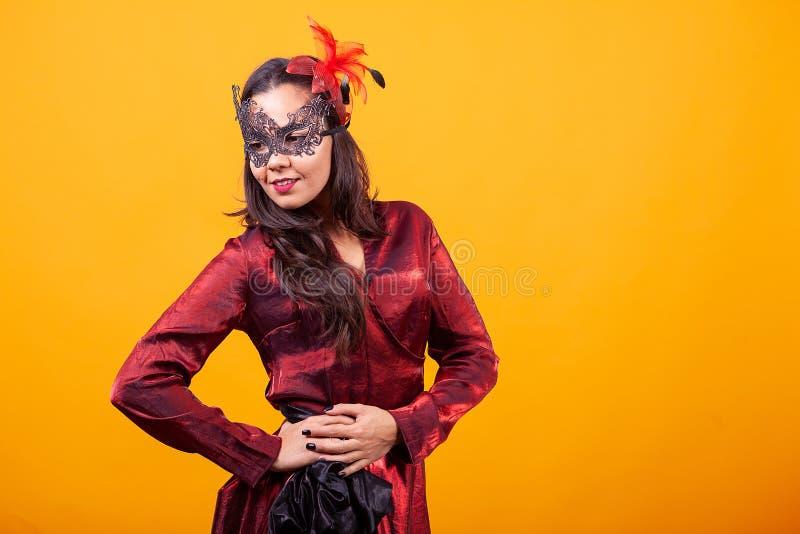 Jovem mulher bonita que veste o vestido vermelho argentino fotografia de stock
