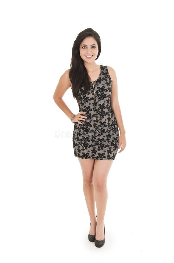 Jovem mulher bonita que veste um vestido pouco preto imagens de stock royalty free