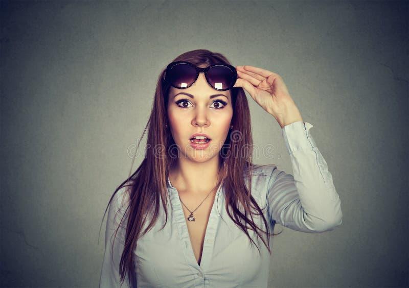 Jovem mulher bonita surpreendida nos óculos de sol com boca aberta imagem de stock royalty free