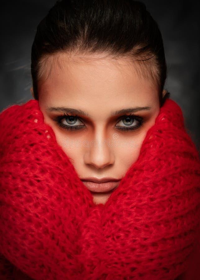 Jovem mulher bonita, tiro da cara em Grey Background escuro fotografia de stock royalty free