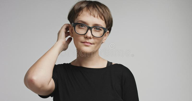 Jovem mulher bonito com cabelo curto em fundos coloridos fotografia de stock