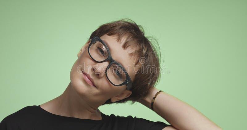 Jovem mulher bonito com cabelo curto em fundos coloridos fotografia de stock royalty free