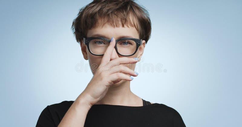 Jovem mulher bonito com cabelo curto em fundos coloridos imagens de stock