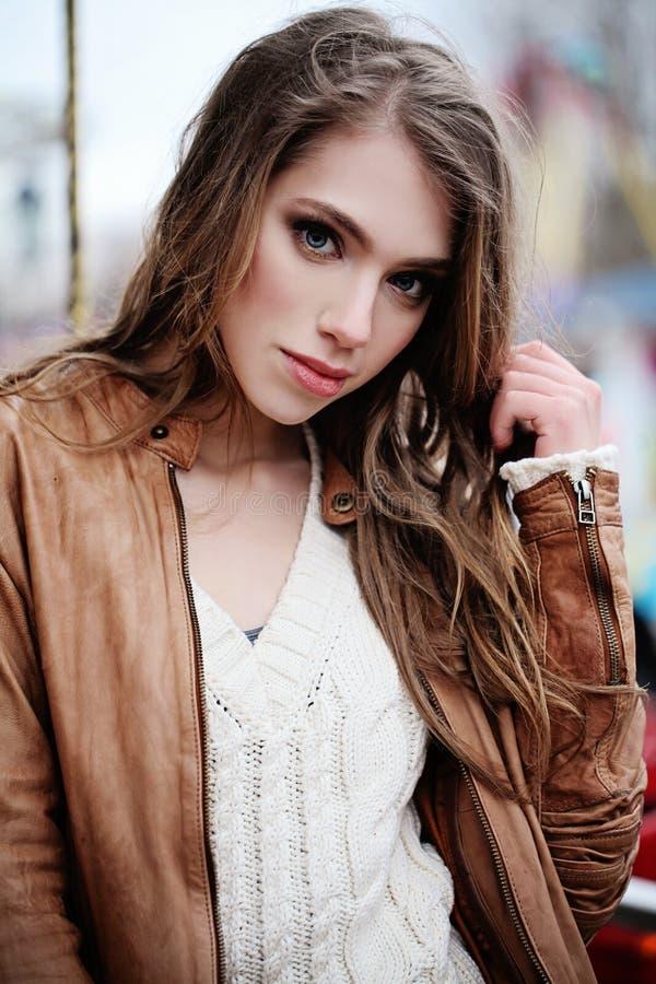 Jovem mulher bonito com cabelo encaracolado marrom longo fotografia de stock royalty free