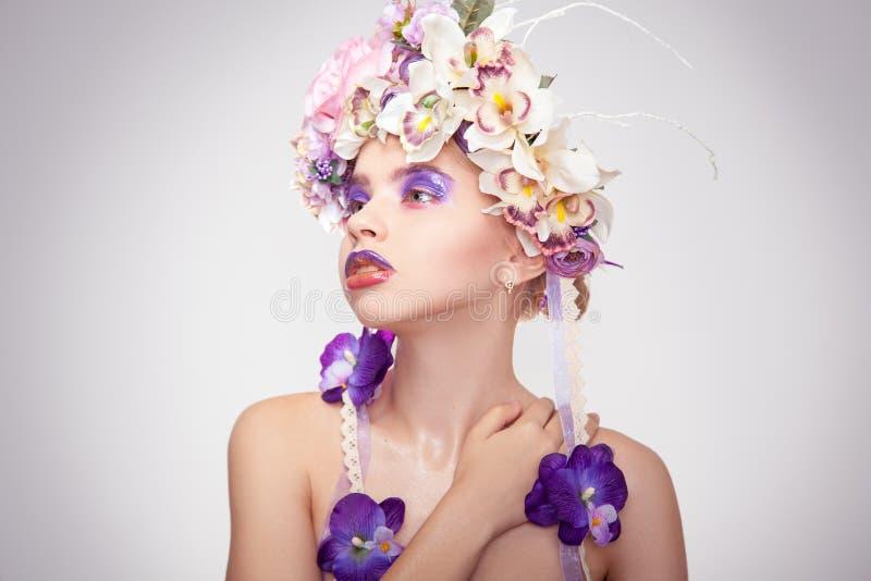 Jovem mulher bonito com a grinalda na cabeça fotos de stock royalty free