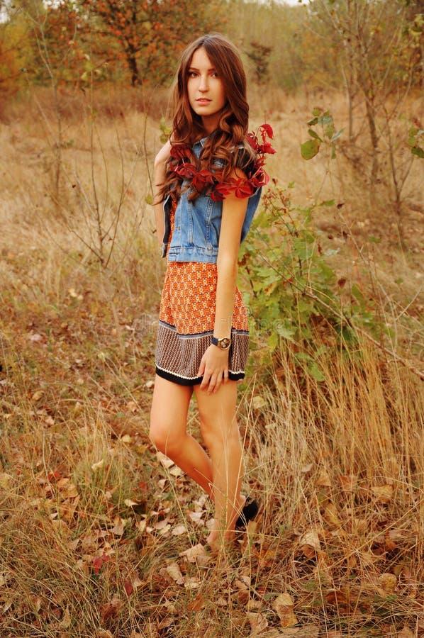 Jovem mulher bonito na floresta do outono fotografia de stock royalty free