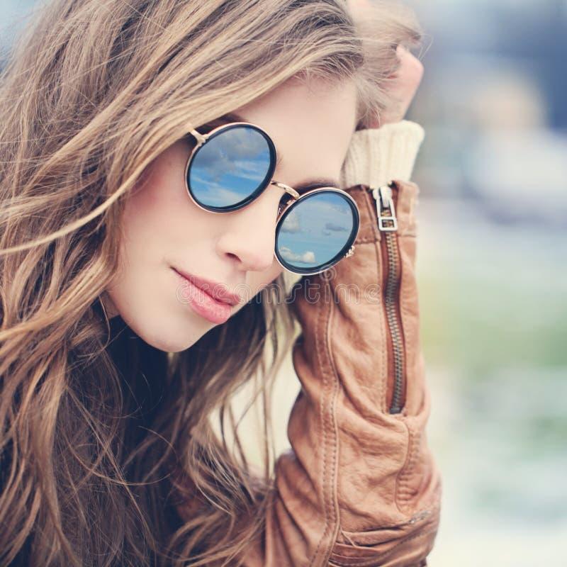 Jovem mulher bonito nos óculos de sol fora fotos de stock
