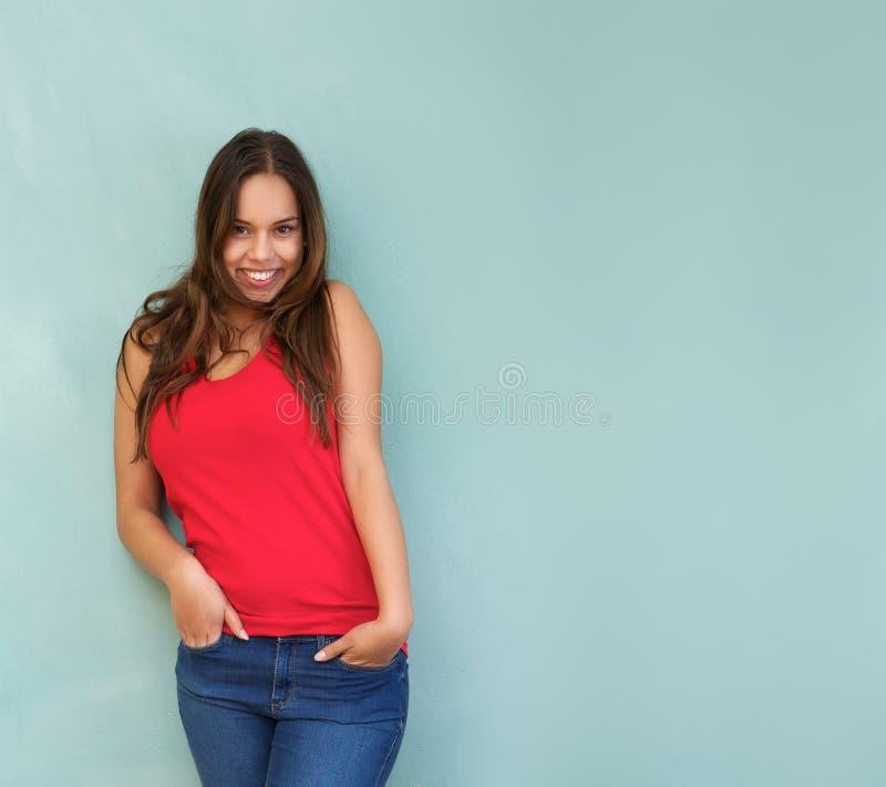 Jovem mulher bonito que sorri com mãos no bolso imagem de stock royalty free
