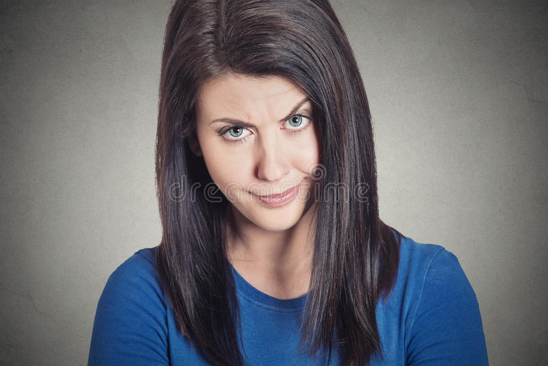 Jovem mulher cética que olha suspeito com aversão em sua cara fotos de stock
