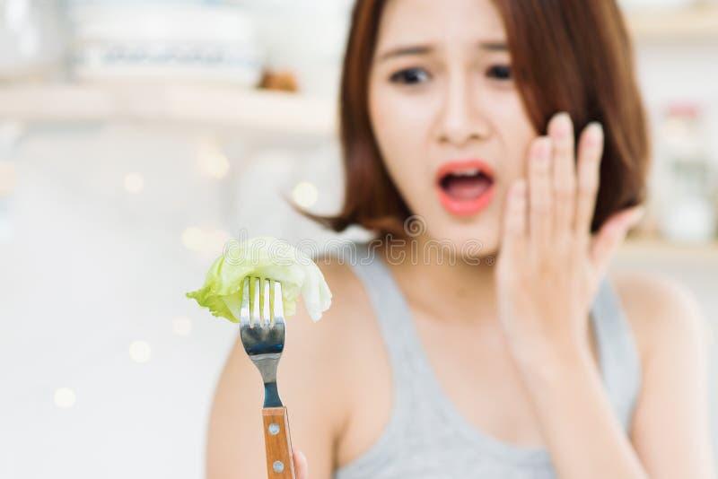 Jovem mulher cansado das limitações da dieta que decidem se comer h fotos de stock