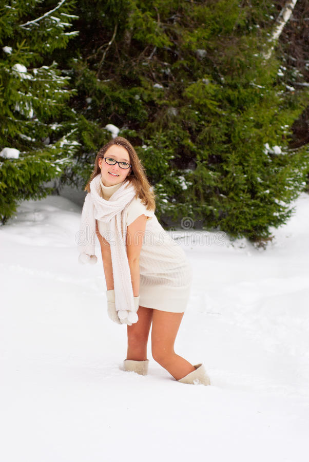Jovem mulher caucasiano alegre que levanta no inverno nevado foto de stock royalty free