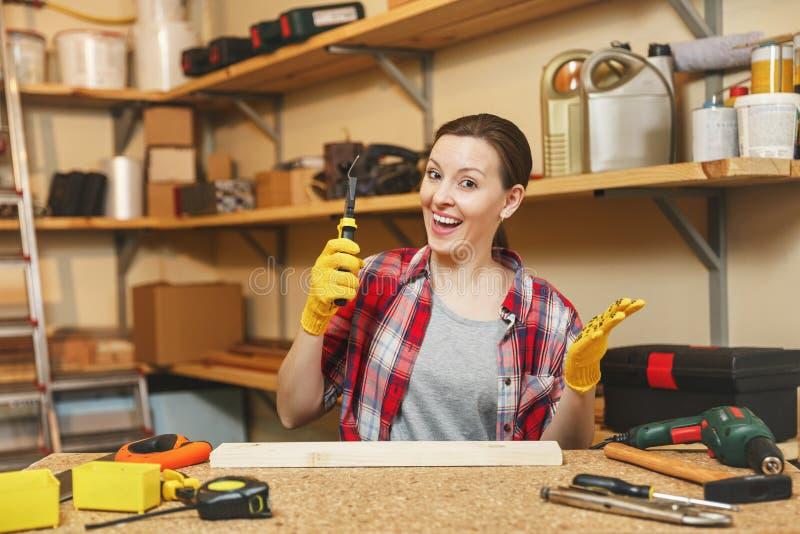 Jovem mulher caucasiano bonita que trabalha na oficina da carpintaria no lugar da tabela fotos de stock