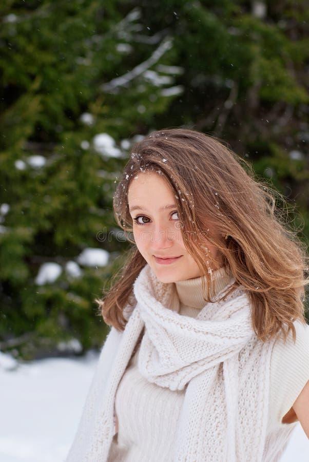 Jovem mulher caucasiano de sorriso que levanta no inverno nevado fotos de stock royalty free