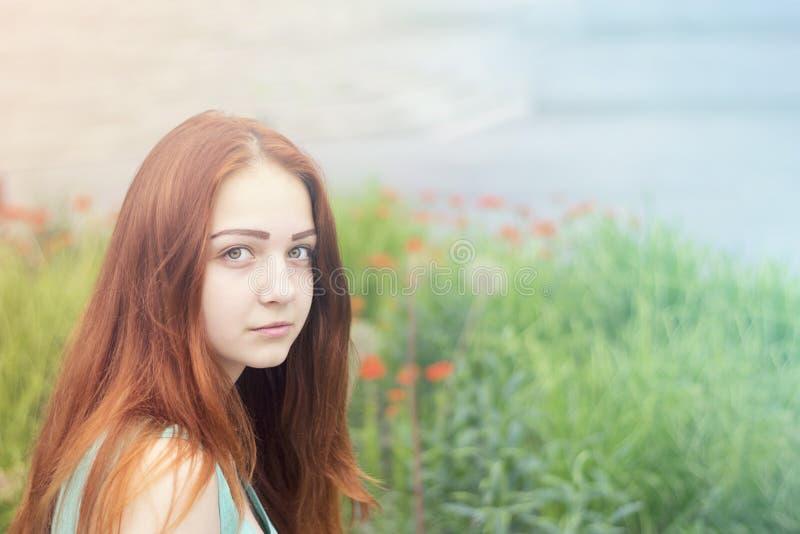 Jovem mulher com aparência bonita fotos de stock
