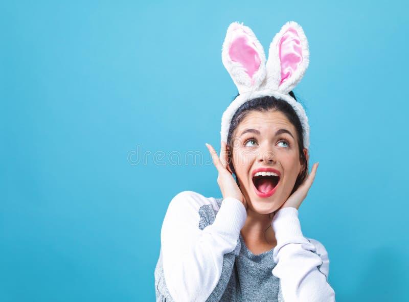 Jovem mulher com as orelhas de coelho da P?scoa fotografia de stock royalty free