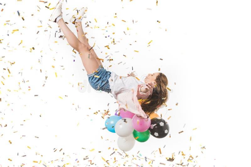 jovem mulher com balões coloridos e queda brilhante dos confetes imagem de stock royalty free
