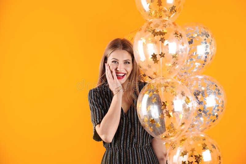 Jovem mulher com balões de ar imagem de stock