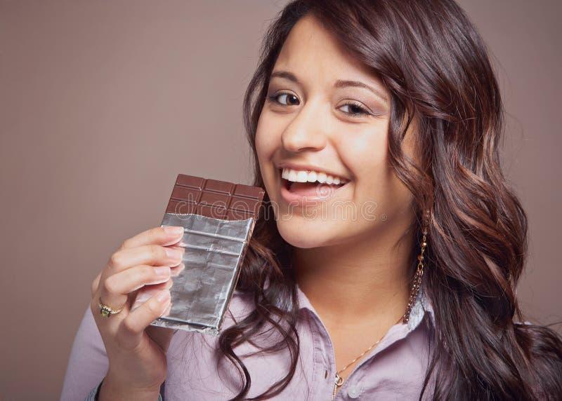 Jovem mulher com barra de chocolate fotos de stock royalty free