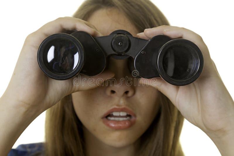 Jovem mulher com binóculos foto de stock royalty free
