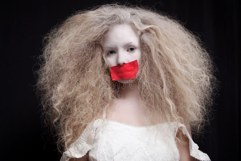Jovem mulher com a burocracia na boca imagem de stock royalty free