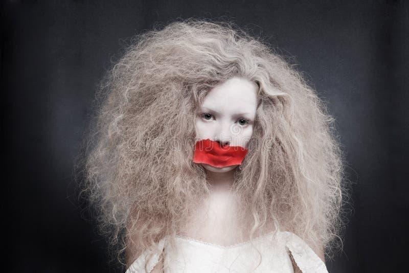 Jovem mulher com a burocracia na boca fotos de stock