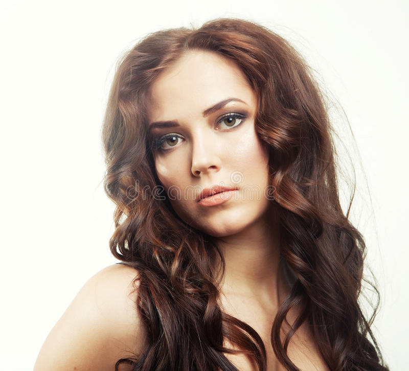 Jovem mulher com cabelo encaracolado escuro fotos de stock
