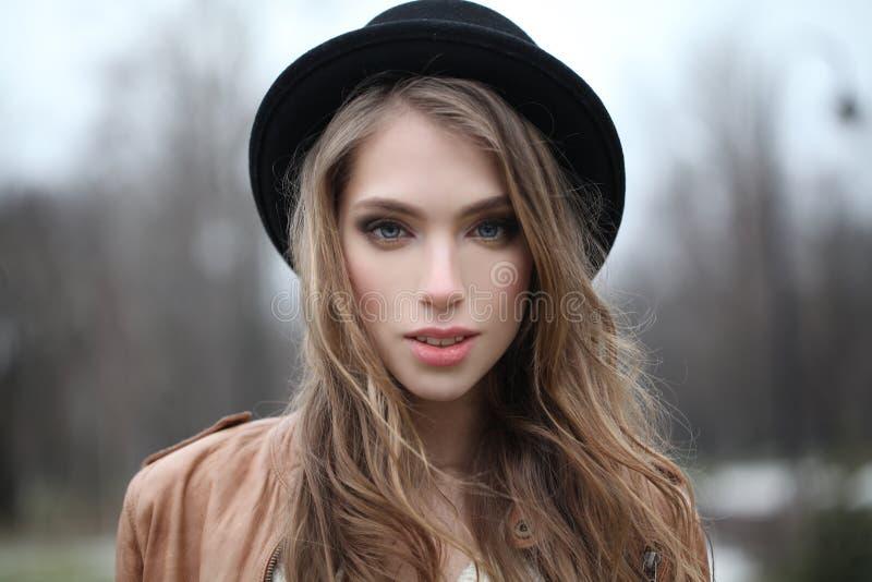 Jovem mulher com cabelo longo fora imagem de stock royalty free