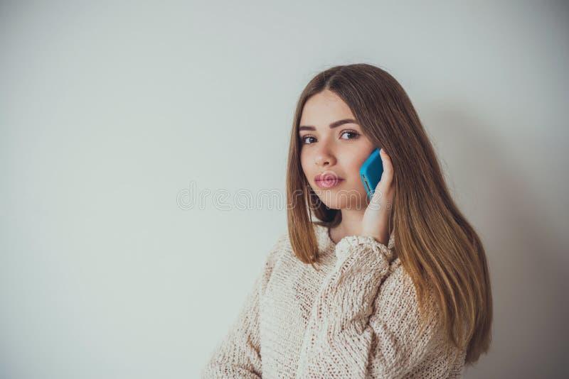 Jovem mulher com cabelo longo que fala no telefone fotos de stock royalty free