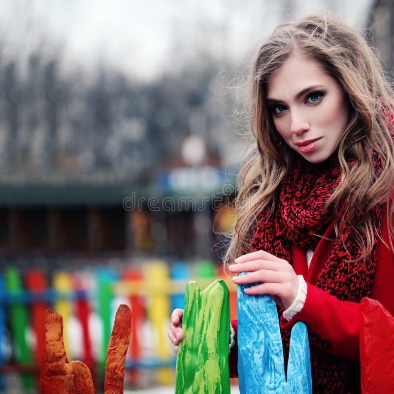 Jovem mulher com cabelo marrom longo fora foto de stock royalty free